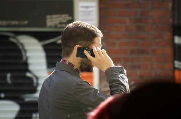 Hablando por el móvil