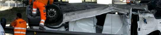 Una furgoneta cae desde un puente