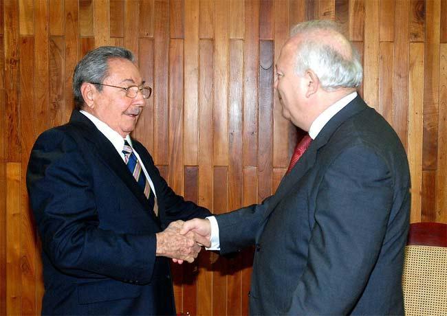 Moratinos y Raúl Castro