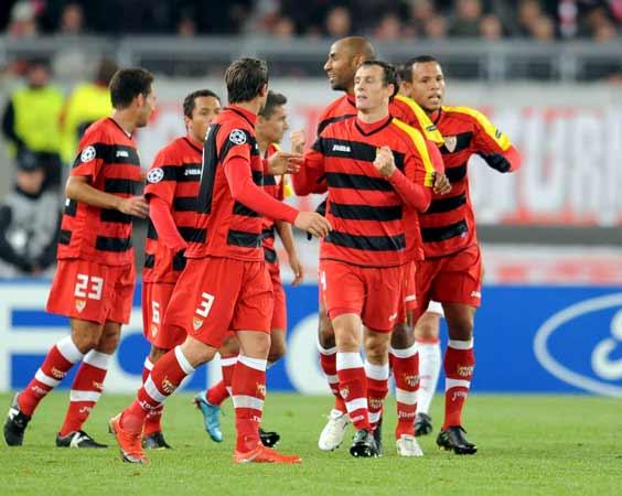 La plantilla del Sevilla celebra el primer gol de Squillaci