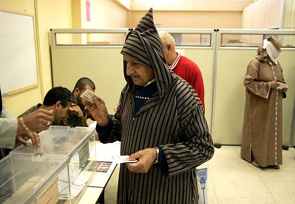 Un musulmán deposita su voto