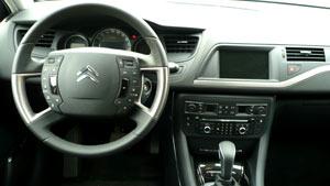 <p>Volante multifunción del Citroën C5.</p>