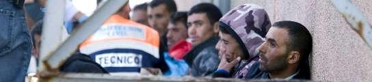 Localizan una patera con 13 inmigrantes que llevaban siete días sin comer  (Imagen: Rubén Francés / EFE)