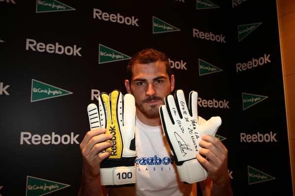 21b05e261 Iker Casillas presenta sus nuevos guantes Reebok. JORGE PARÍS