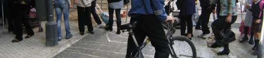 Otro colegio de Triana pide al Ayuntamiento que separe con vallas el carril bici  (Imagen: M.F.)