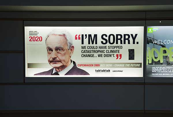 José Luis Rodríguez Zapatero, en 2020. Un José Luis Rodríguez Zapatero de 60 años de edad aparece en este cartel colgado por Greenpeace en Copenhague, con la frase