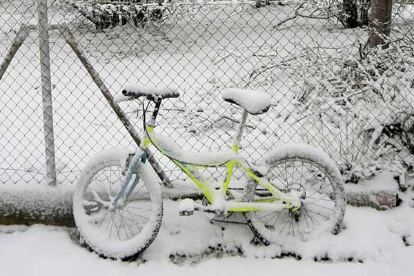 Nieve sobre una bicicleta en Benasal.