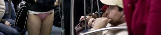 Una joven viaja en el metro en ropa interior.