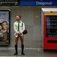 Un pasajero en calzones espera en el andén.