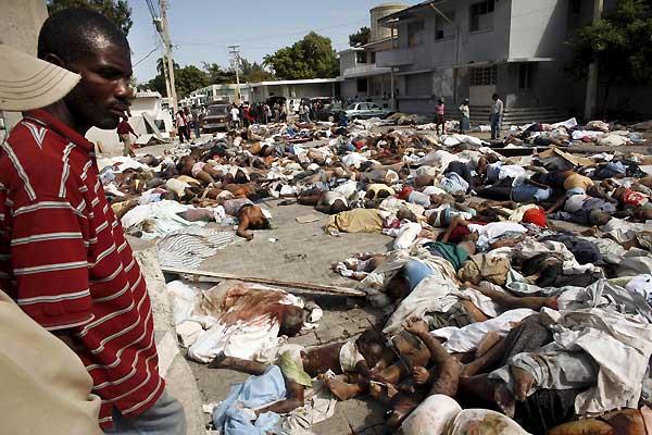Terremoto en Haití. Un hombre observa decenas de cadáveres tras el terremoto en Haití.