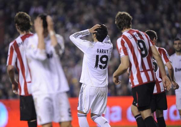 Garay se lamenta ante el Athletic