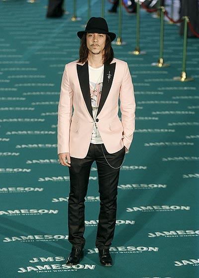 La gala de los Goya (Jaenada). Óscar Jaenada ha optado por un modelo 'alternativo', con una chaqueta rosa claro de solapa negra.
