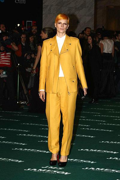 Los Goya (Bimba Bosé). Bimba Bosé, con un original traje amarillo.