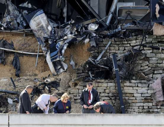 Una avioneta se estrella contra un edificio