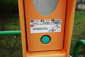 <p>Poste SOS en la M-111 de Madrid.</p>
