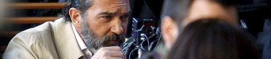 Antonio Banderas, de barba y gabardina, rueda con Soderbergh en Barcelona  (Imagen: Alberto Estévez/ EFE)