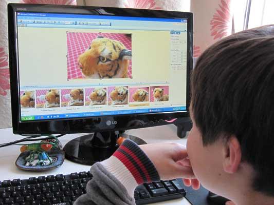 Un niño frente al ordenador