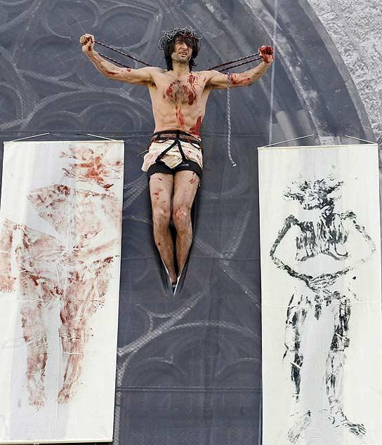 Un artista se 'crucifica' en protesta por los abusos sexuales.