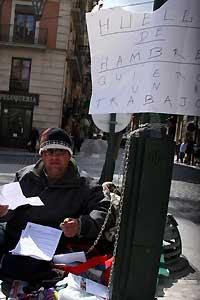 <p>José Antonio Sánchez se encadenó a un semáforo en Alcoy declarándose en huelga de hambre para pedir un empleo.</p>