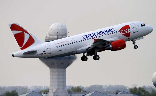 Un avión despega del aeropuerto de Varsovia.