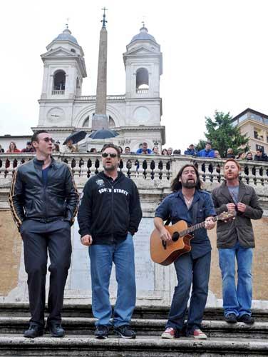 Russell Crowe da un concierto por sorpresa en Roma