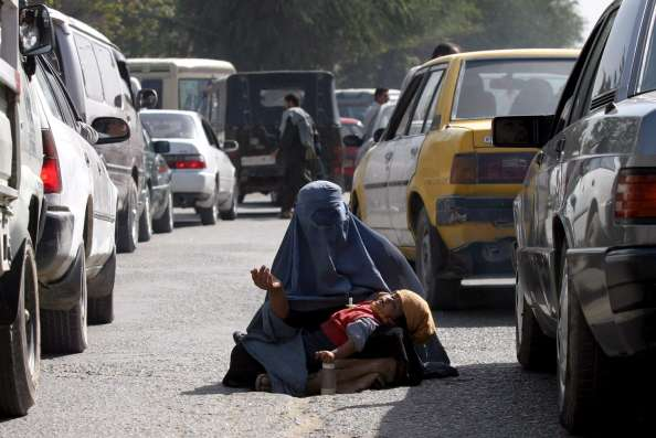 Mujer mendigando en Kabul