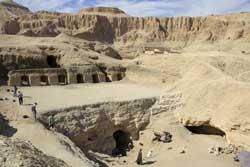 <p>la excavacion con el fondo de Deir el Bahari, el templo de la reina Hatshepsut.</p>