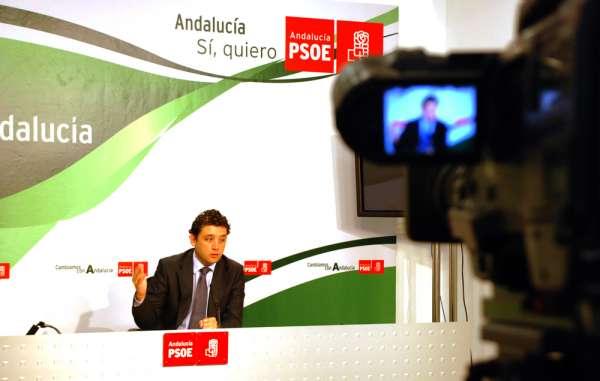 PSOE-A afirma que Arenas presenta querellas contra sus dirigentes para