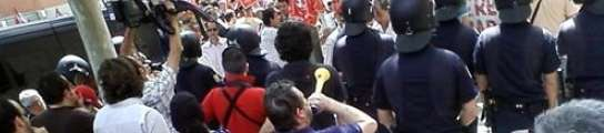 Disturbios entre los trabajadores de Metro concentrados ante la  Asamblea y la Policía  (Imagen: EP)