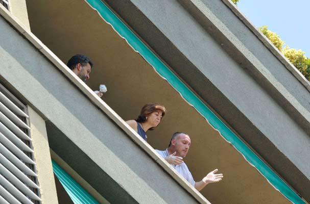 Balcón desde donde ha sido lanzada al vacío una mujer.