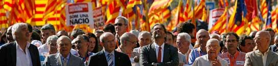 Cientos de miles de personas marchan contra la sentencia del TC sobre el Estatut  (Imagen: EFE)