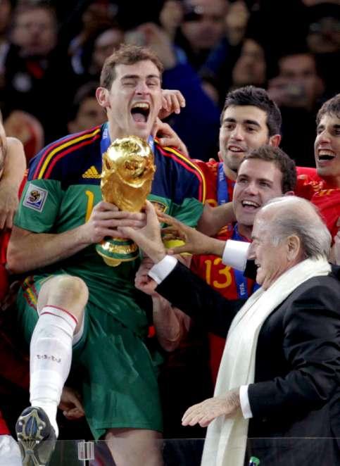 Iker Casillas recibe la copa de campeones