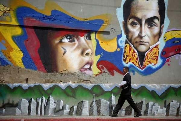 Exhuman los restos de Simón Bolívar en Caracas