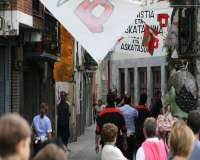 La Ertzaintza retira 10 pancartas y borra 12 pintadas con anagramas de ETA y alusiones a fuerzas policiales en Villabona