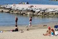 Salud detecta sustancias tensiactivas en algunas playas de Almería y Málaga, aunque las aguas son aptas para el baño