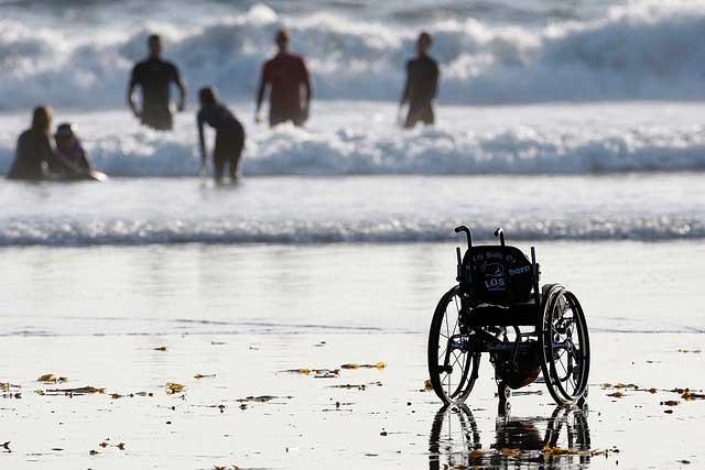 Silla de ruedas al borde del mar