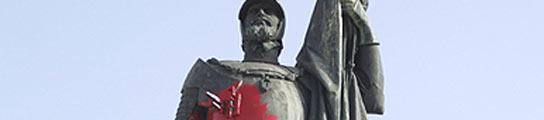 Manchan con pintura roja la estatua de Hernán Cortés en Medellín,  en Badajoz  (Imagen: EFE)