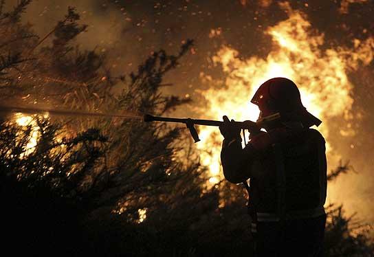 Un bombero trabaja en la extinción del fuego de Fornelos, en Pontevedra