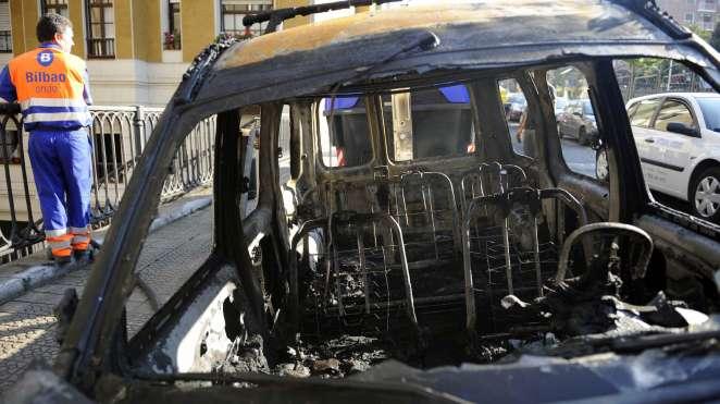 La kale borroka quema ocho contenedores en Bilbao