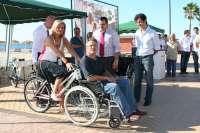 Una bicicleta adaptada a una silla de ruedas facilitará el ocio de las personas con discapacidad en Fuengirola