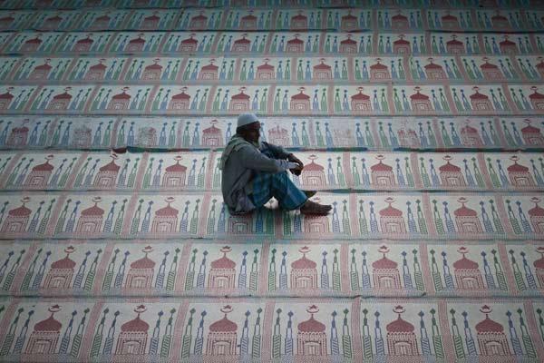 Ramadán en Nepal. Un musulmán nepalí reza durante el mes sagrado del Ramadán en Katmandú, Nepal. El Ramadán, que comienza con la aparición de la novena luna del noveno mes del calendario árabe, es uno de los cinco pilares del Islam, junto con la profesión de fe, las oraciones obligatorias cinco veces al día, la limosna y la peregrinación a La Meca.