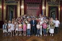 El consejero Caballero recibe a 48 niños de Ucrania que pasan el verano en Navarra