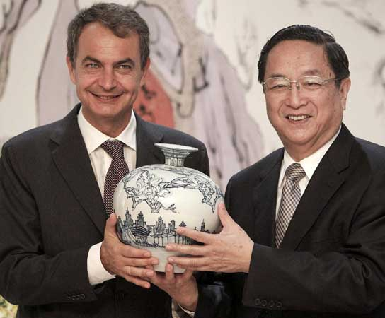 José Luis Rodríguez Zapatero con la Copa del Mundo en Shangai