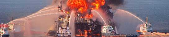 Una plataforma petrolífera explota en el Golfo de México, frente a la costa de EE UU (Imagen: Guarda Costera de EE UU / EFE Archivo)