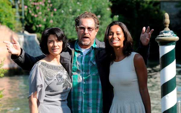 Mostra de Venecia. El director estadounidense Julian Schnabel, la periodista palestina Rula Jebreal (drcha) y la actriz Hiam Abbass (izda) posan para los medios.