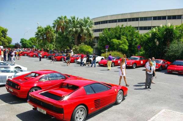 Torremolinos acoge una concentración de más de un centenar de vehículos de la marca Ferrari