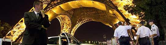 Evacuan la Torre Eiffel y sus alrededores por una amenaza de bomba que resultó falsa  (Imagen: IAN LANGSDON / EFE)
