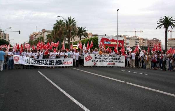 Empleados públicos de la Junta cortan la Avenida para exigir la retirada del decreto de reordenación