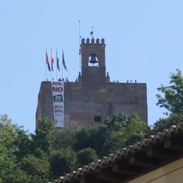 Despliegan pancartas llamando a la huelga general desde la Torre de la Vela de la Alhambra