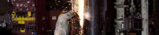 Técnicos refuerzan el tubo por donde se rescatará a los mineros